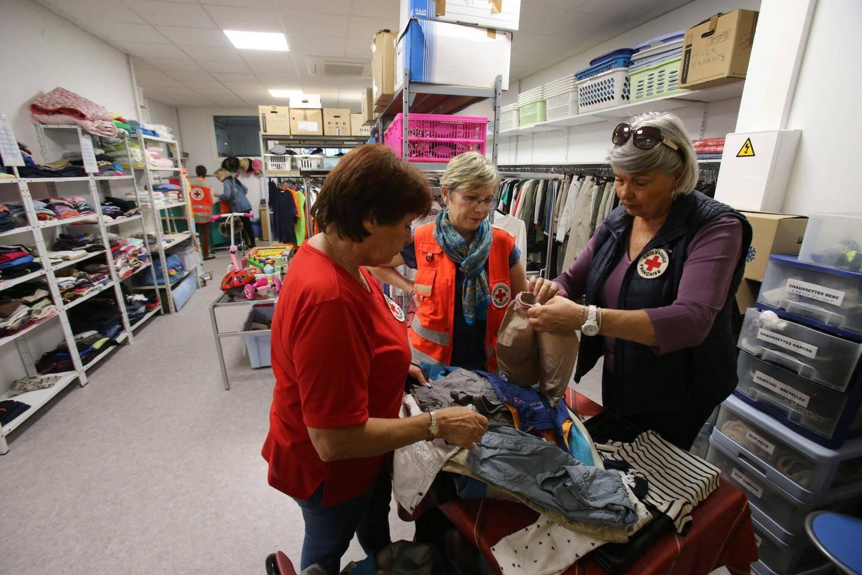 Dans le « vesti-boutique », les bénévoles s'activent pour trier les vêtements. Ils sont donnés aux bénéficiaires et peuvent être vendus à des particuliers, extérieurs à la Croix-Rouge.