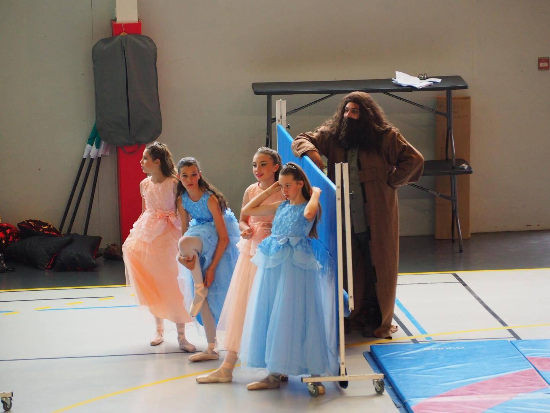 les danseuses attendent patiemment leur tour aux côtés d'Agrid.