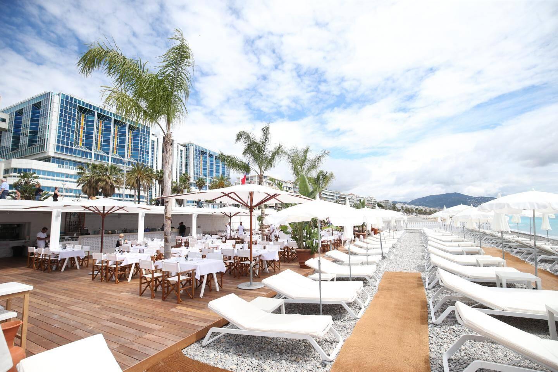 Du blanc, du bois balinais et quatre cocotiers modèlent l'identité exotico-zen de Cocoon Beach, l'établissement qui remplace Bambou plage.