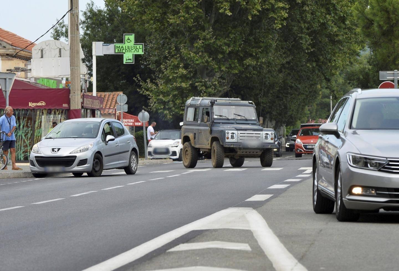 Au niveau des commerces, le stationnement en double file et les changements de voie improvisés sèment le danger.