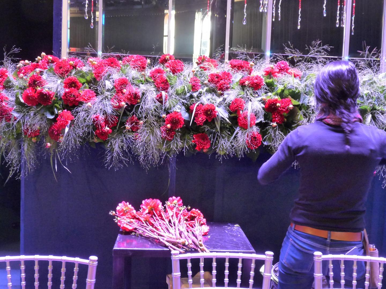 Roses et dahlias, rouges évidemment, ornent la salle.