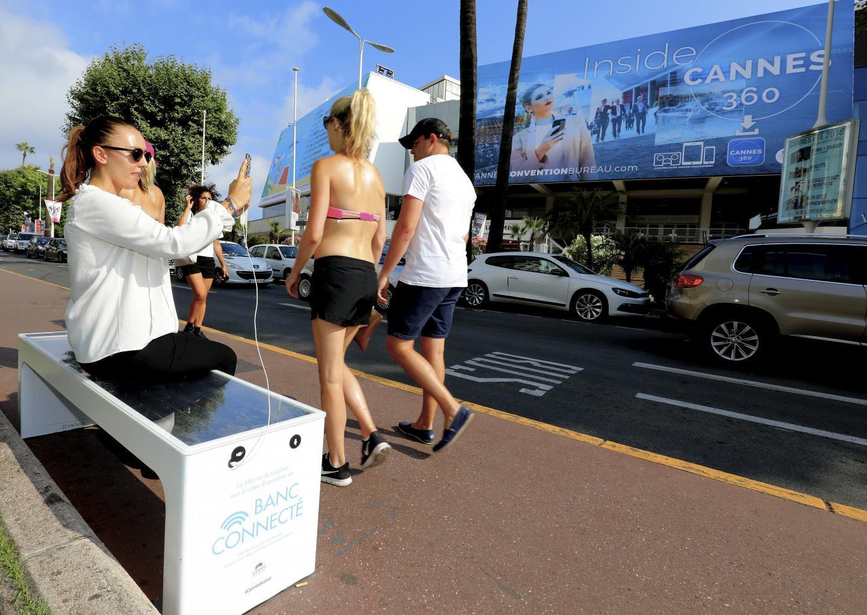 Autonome et connecté, le banc installé à Cannes révolutionne le mobilier urbain en offrant aux usagers de nombreuses fonctionnalités.