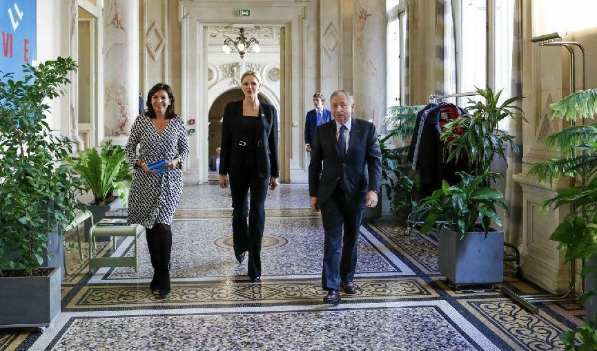 La princesse dans le hall de la mairie de Paris avec Anne Hidalgo et Jean Todt.