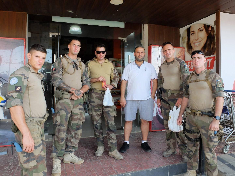 Lors de leurs patrouilles dans les villages du Sud Liban, les militaires varois de la Finul n'hésitent pas à faire quelques achats dans les magasins locaux, comme ici au Super Marché Aoun de Rmeich.