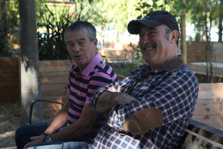 """Alain et José apprécient """"le côté convivial"""" de la place."""