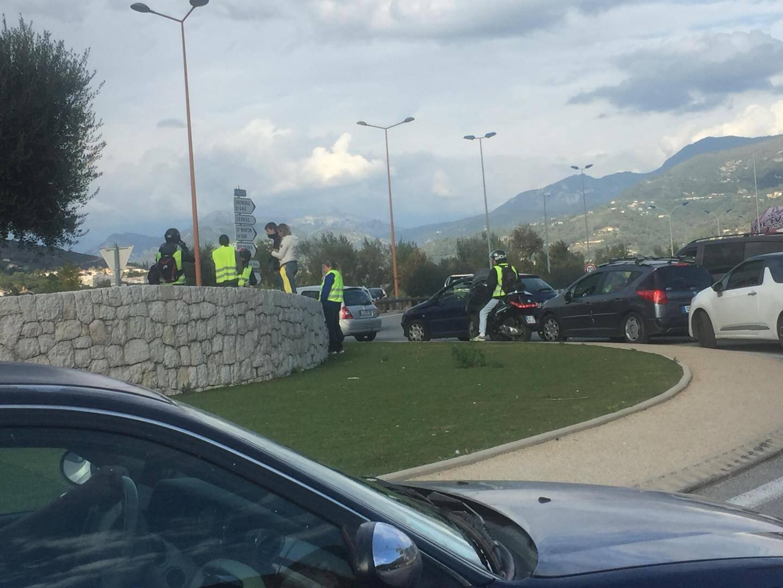 Le blocage d'un rond-point de la route de Grenoble.