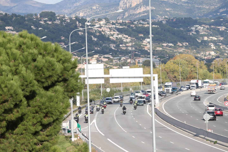 Opération escargot sur l'A8, à Nice, lundi matin.