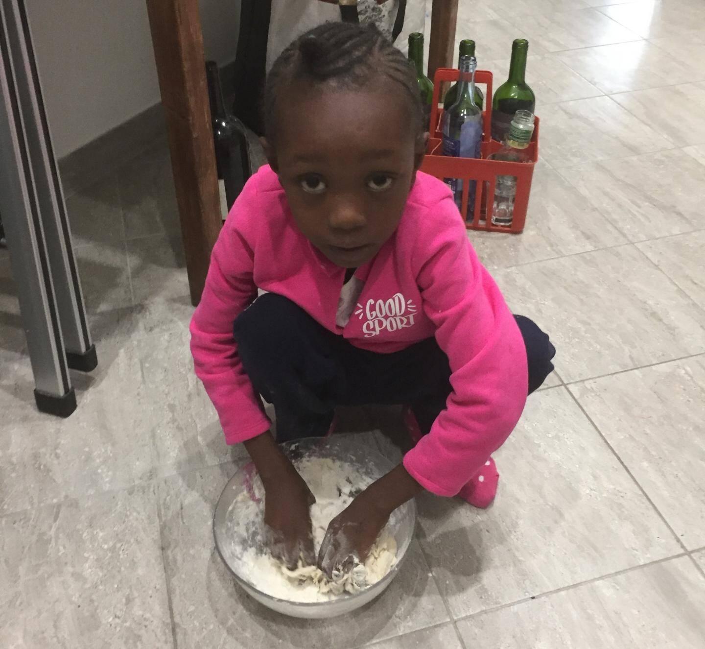 La petite Djeneba aime bien faire à manger elle-même.