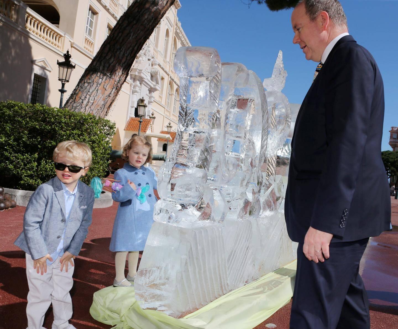 À l'occasion du soixantième anniversaire du souverain, les enfants accompagnent leur père découvrir une sculpture de glace surprise installée sur la place du Palais.