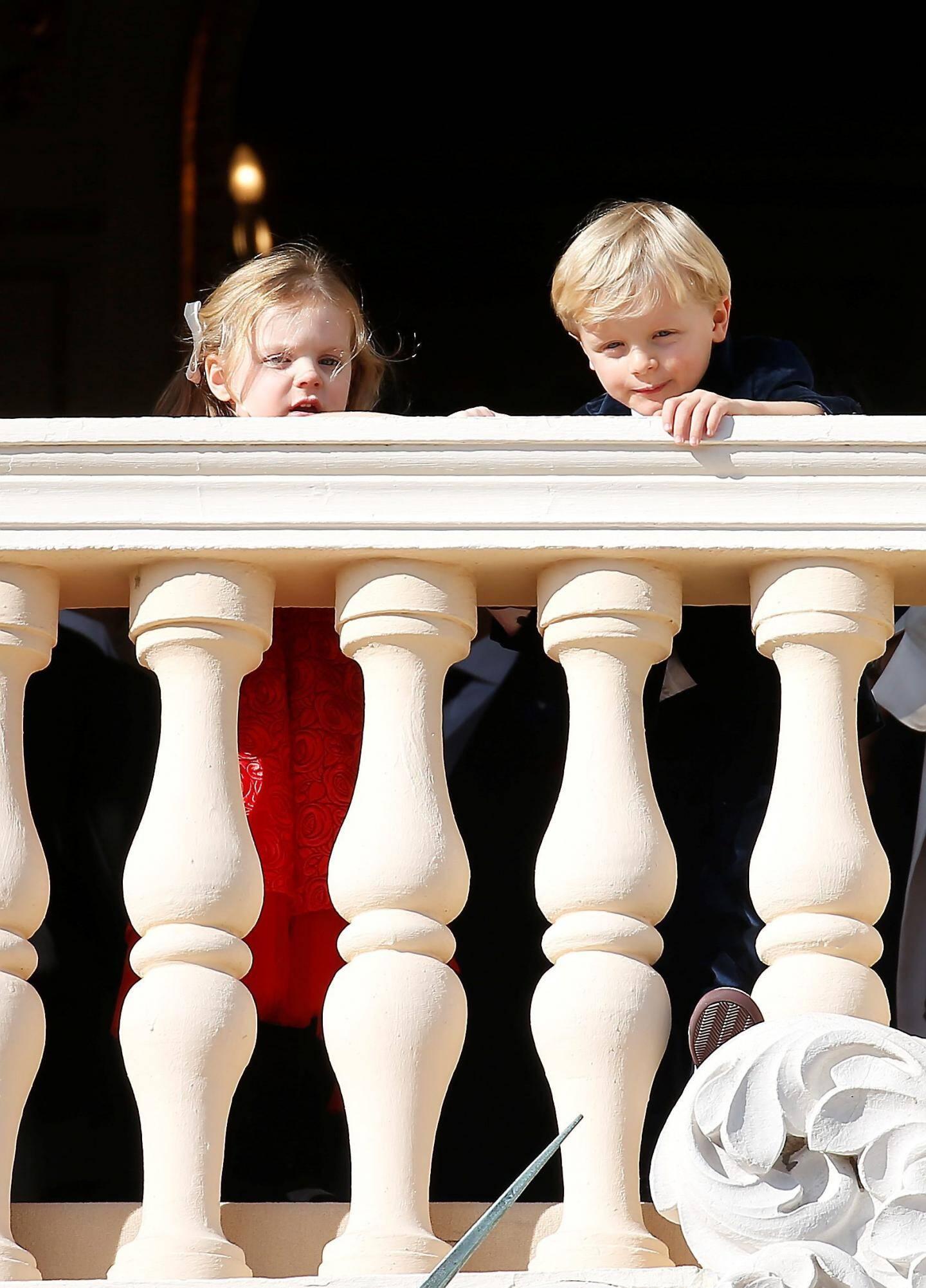 Facétieux pour suivre la parade de la Fête nationale au balcon du Palais.
