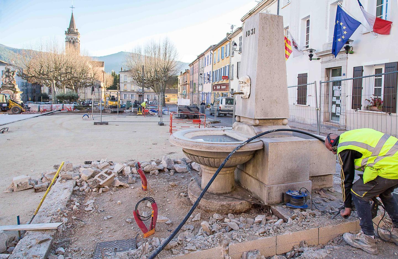 D'ici quelques jours, la fontaine sera entourée de pavés de pierre.