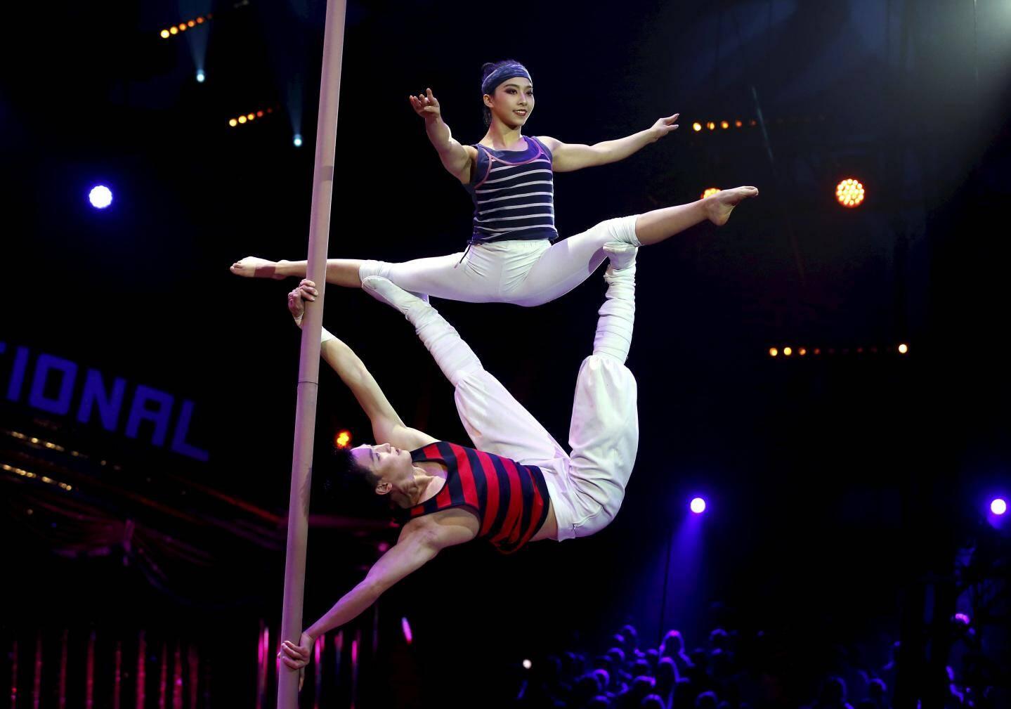 La troupe acrobatique de Chine, clown d'argent.