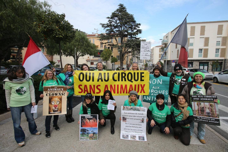 Protestation, samedi après-midi, d'un groupe de militants du Collectif animalier du 06, le long de l'avenue du 3-septembre.