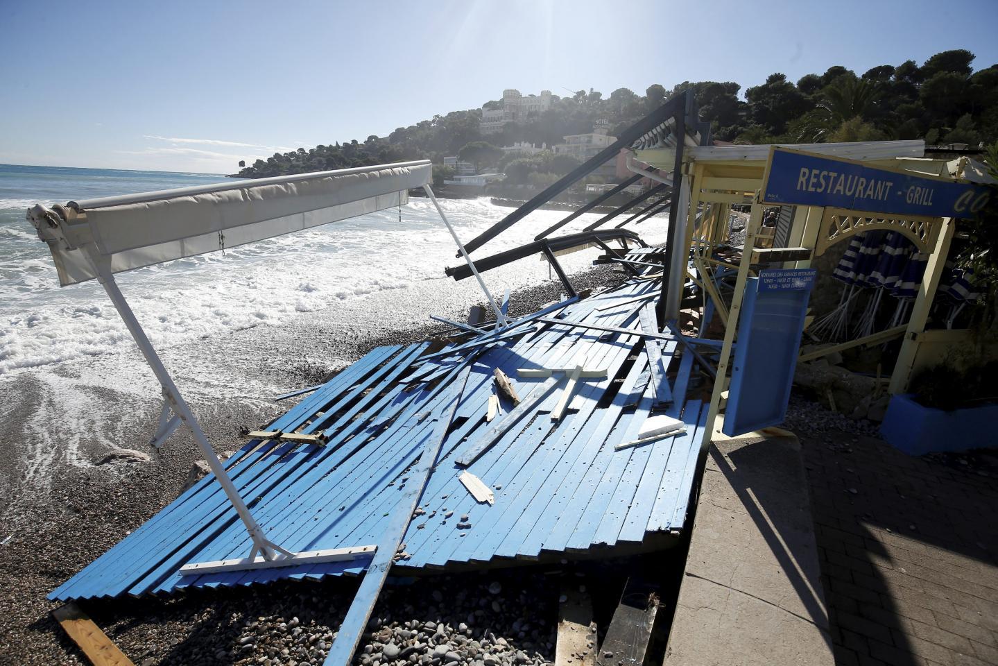 Sur le littoral roquebrunois, ce restaurant de plage à été démonté par les vagues.