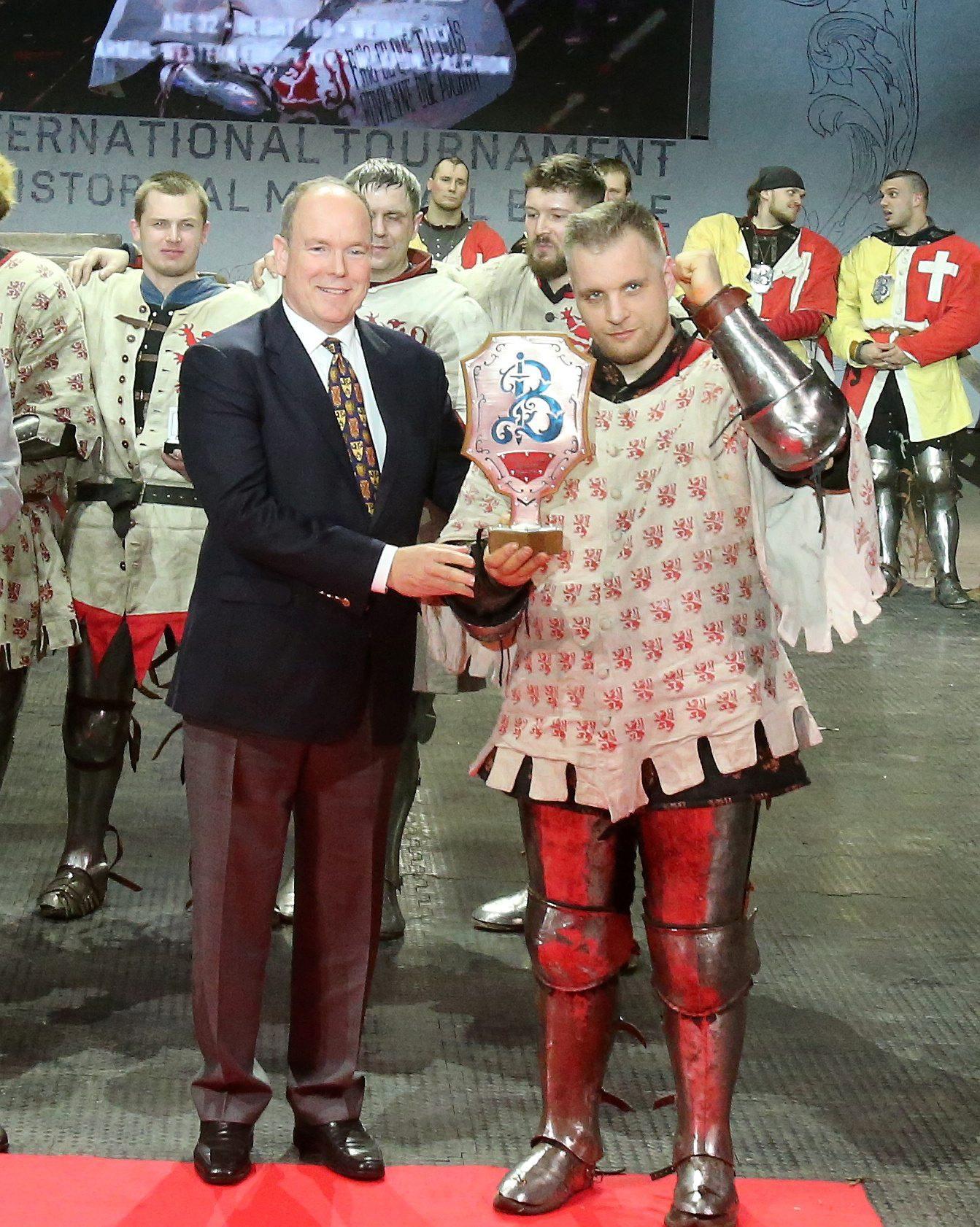 Le capitaine de l'équipe Bayard, Sergey Ukolov, recompensé par le souverain au terme de la victoire de son équipe pour ce premier Buhurt Prime.