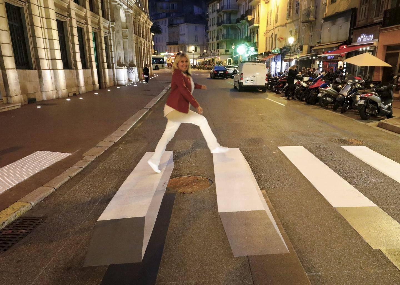 Ce passage piéton - réalisé dans le cadre d'une expérimentation nationale -vient d'être peint derrière l'hôtel de ville de Cannes, rue Félix-Faure.