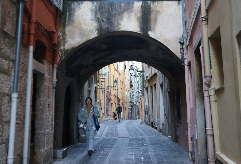 En plein cœur de la vieille ville, la rue Longue a été construite sur la Via Julia Augusta et cet axe central suit exactement le même tracé que la voie romaine.