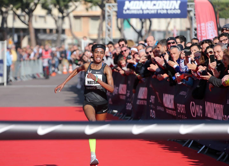 Sur la ligne d'arrivée, la Néerlandaise Sifan Hassan bat le record du monde en 14 minutes 44 secondes.