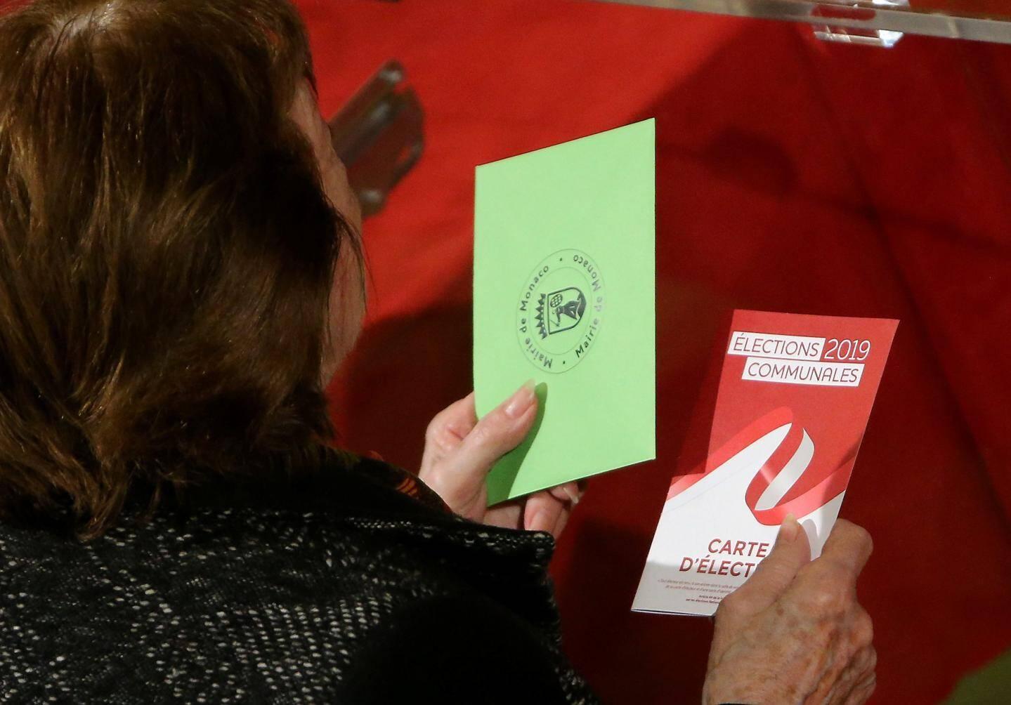 Ambiance détendue dans le bureau de vote de l'Espace Léo-Ferré, hier à la mi-journée.