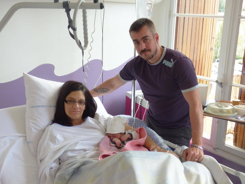 Émilie et Nicolas entourent Louca, né le 17 mars, en fin de journée.