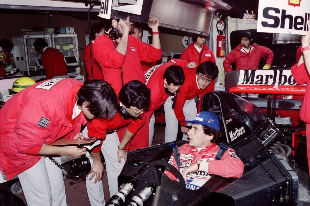 Les techniciens de McLaren Honda parlent avec Senna avant le deuxième tour de qualification en 1991.