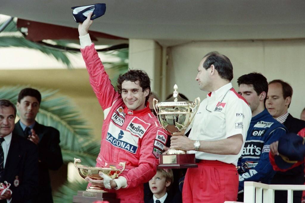 Senna célèbre sa sixième et dernière victoire à Monaco, devant Damon Hill (Williams-Renault) et Jean Alesi (Ferrari).