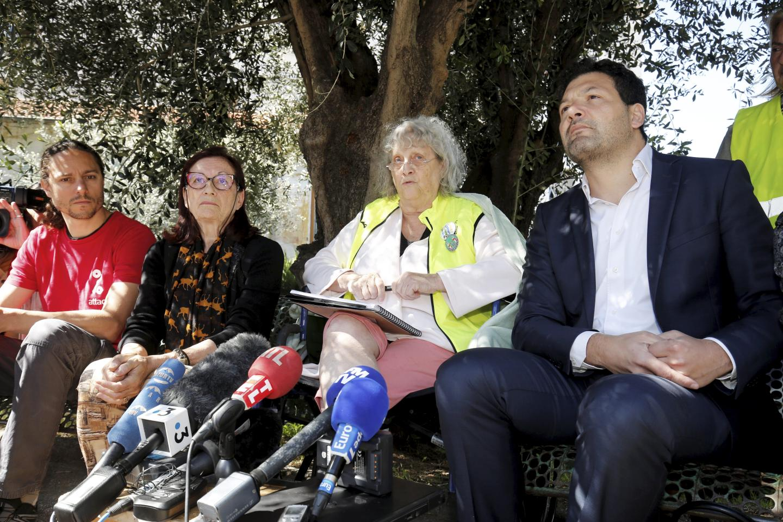 Geneviève Legay entourée de ses avocats, Mes Damiano (à sa gauche) et Alimi (à sa droite). A gauche, Raphaël Pradeau, porte-parole d'Attac.