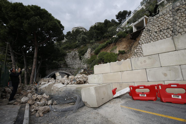 La semaine dernière, un mur provisoire avait été dressé pour prévenir toute chute de pierres. Il a rempli son rôle mais été en partie emporté par l'éboulement.