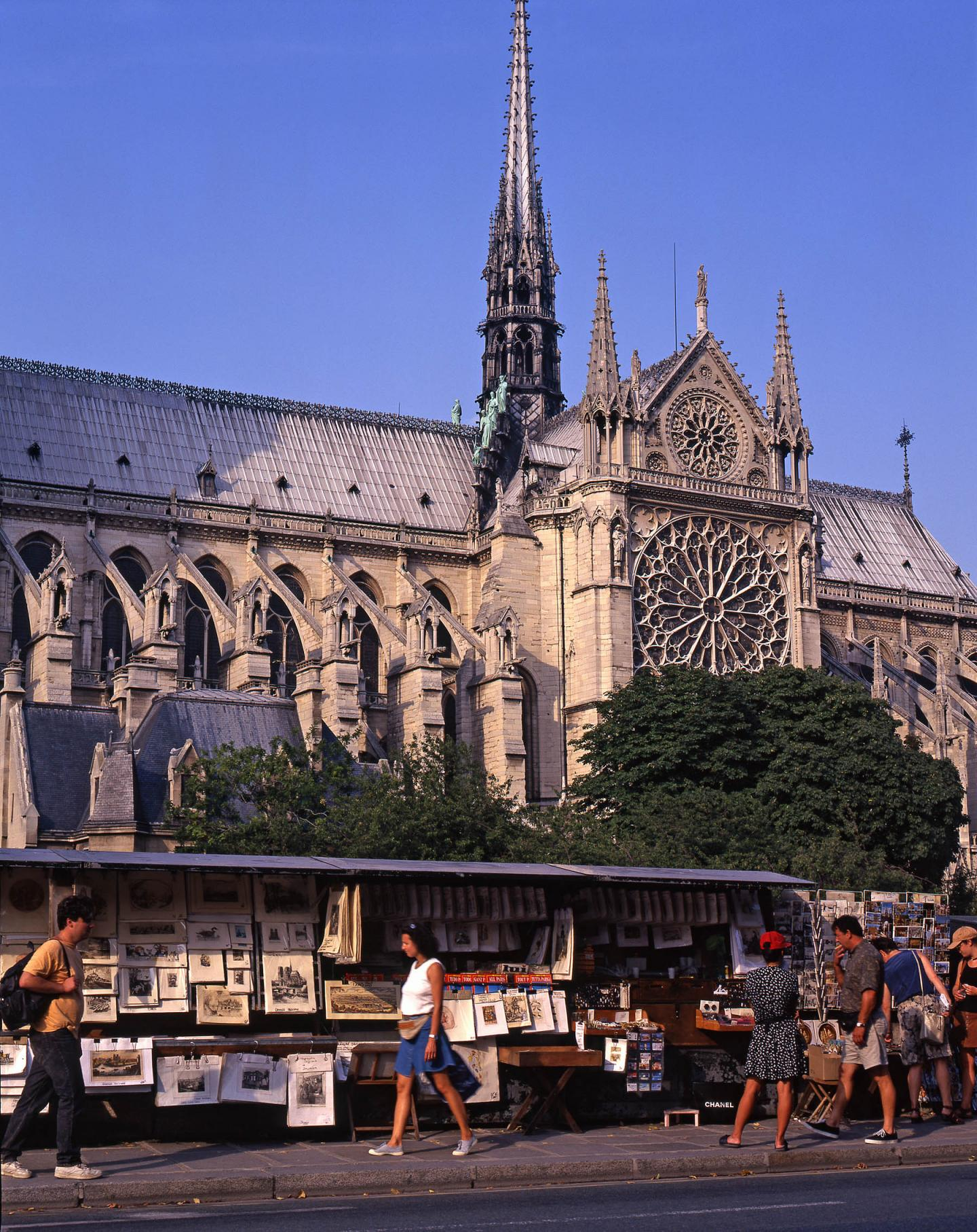 Notre-Dame de Paris et les bouquinistes du quai de Montebello en août 1995.