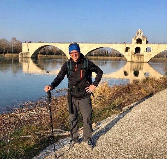 Après 250 km parcourus, devant le pont d'Avignon. Le jeune homme n'est pas au bout de ses peines et de ses surprises !