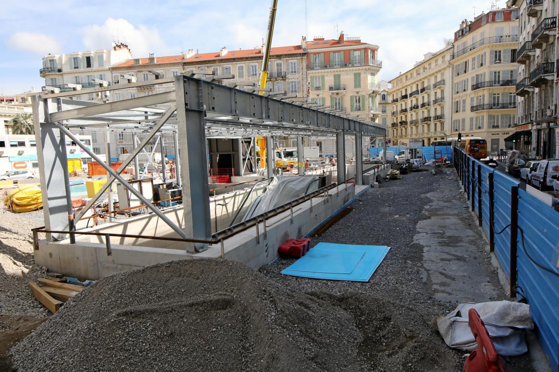 Le Port : C'est le secteur qui s'est le plus métamorphosé. Les rails du terminus sont posés et mènent vers… un mur, qui commence à être creusé. Angle quais Cassini et des Docks : sous la passerelle créée pour que piétons et voitures puissent continuer à circuler, les ouvriers travaillent, sur la droite, à créer un local technique. Ce qui est un mur à gauche sera bientôt la bouche du tunnel qui arrive de la rue Antoine-Gautier et par laquelle sortira le tram pour débarquer quai Cassini. Garibaldi : C'est un bâtiment qui sort de terre, dont le rez-de-chaussée abritera l'entrée de la station souterraine Garibaldi. Un bâtiment, au tout début de la rue Ségurane, qui reprend les arcades caractéristiques de l'architecture turinoise de la place Garibaldi. Alsace-Lorraine : C'est la station dont les travaux sont les plus avancés. On aperçoit clairement les entrées, l'ascenseur et les grilles du jardin, en cours de mise en place.