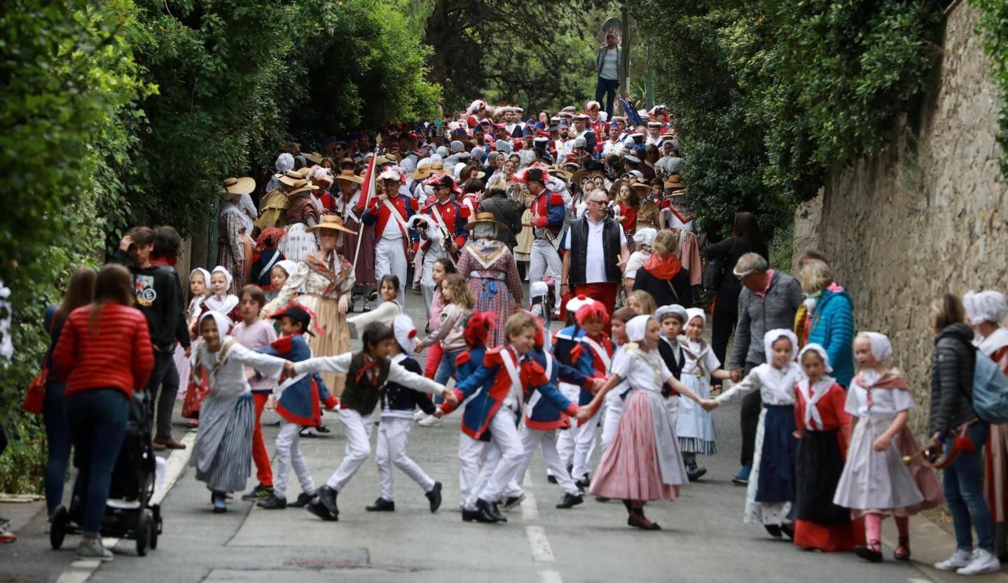 La descente de Sainte-Anne. Les enfants devant, ouvrent la voie.