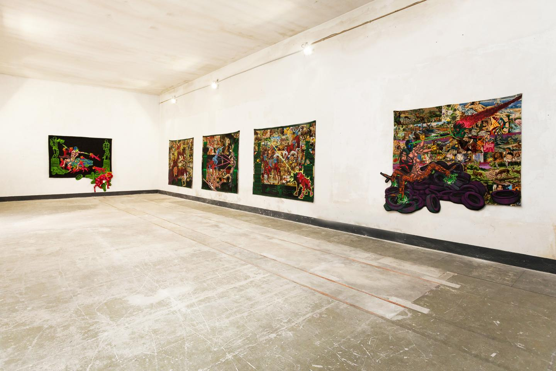 Lucien Murat propose, avec ses peintures sur tapisserie, un travail unique, singulier, et reconnaissable entre mille