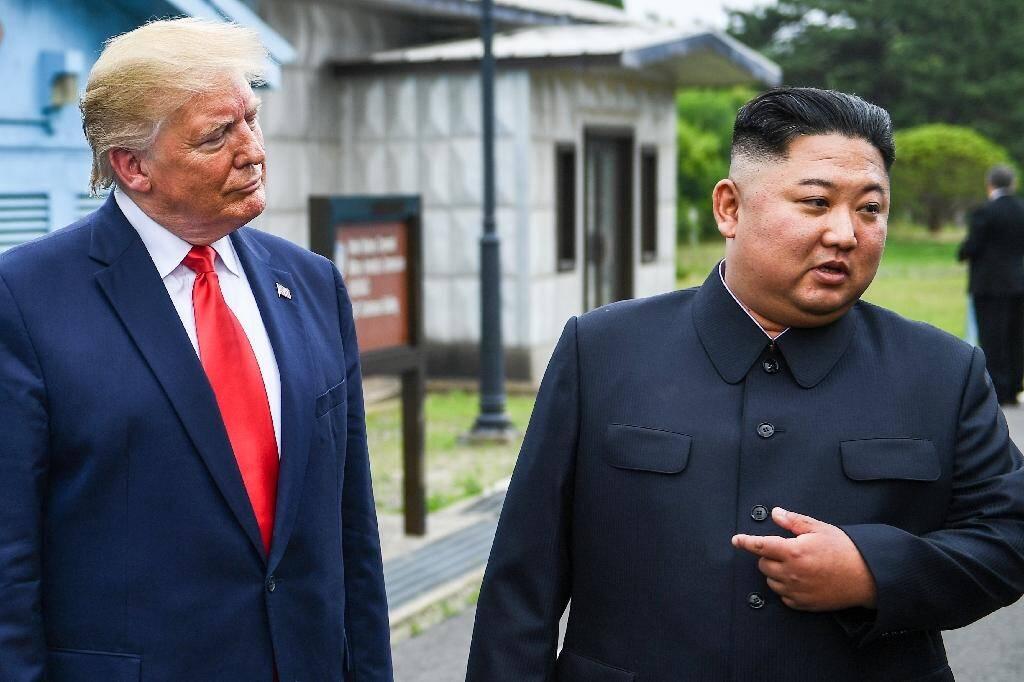 """Après les premiers pas d'un président américain en Corée du Nord, Donald Trump écoute le leader nord-coréen Kim Jung Un se féliciter de ce geste pouvant permettre de """"surmonter les obstacles"""", le 30 juin 2019 dans la zone démilitarisée entre les deux Corées"""