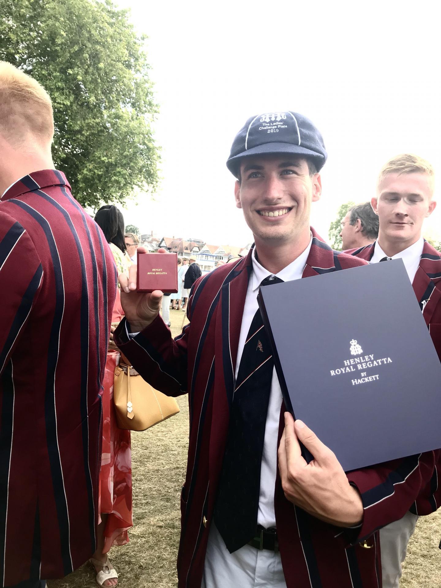 Quentin Antognelli avec l'uniforme des membres des Oxford Brookes, dans la plus pure tradition de l'aviron britannique.