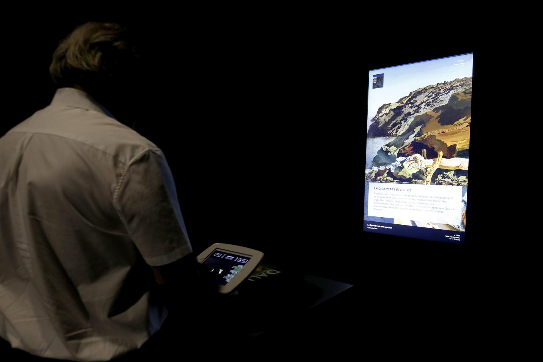 Deux tablettes reliées à des écrans géants permettent de zoomer sur les détails de deux tableaux, ici Le Spectre du sex-appeal, minuscule huile sur bois de 17,9 sur 13,9 centimètres.