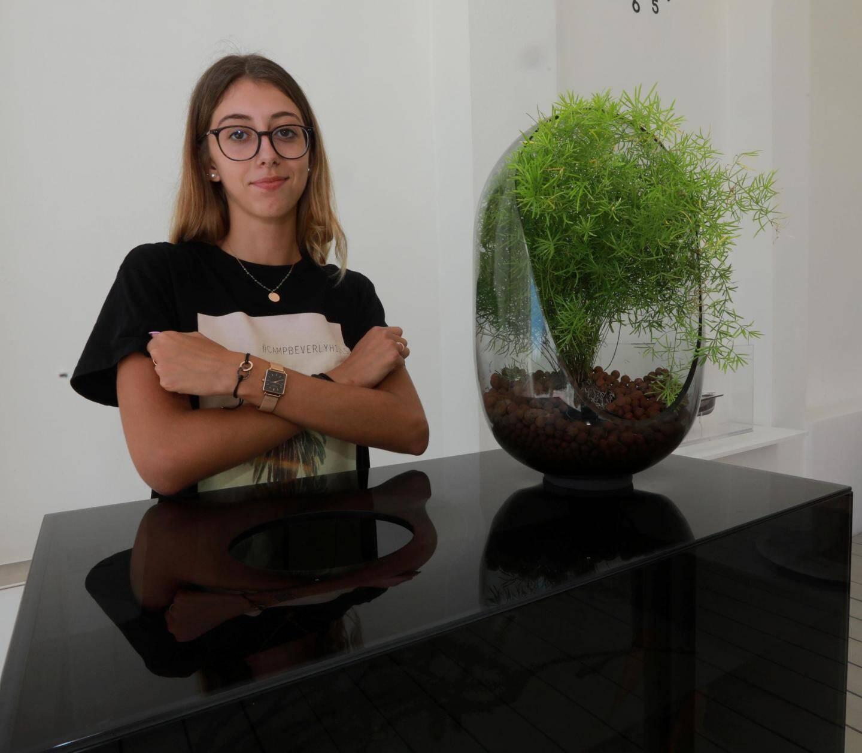 Grâce à ce premier job, Marion veut mettre de l'argent de côté pour voyager.