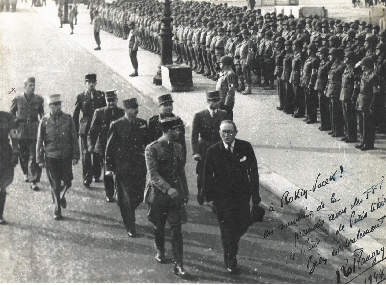Paris libéré, le Général De Gaulle passe en revue les FFI de Rol-Tanguy à ses côtés. Fermant la marche, Émile Vacek participe à ce moment d'histoire...
