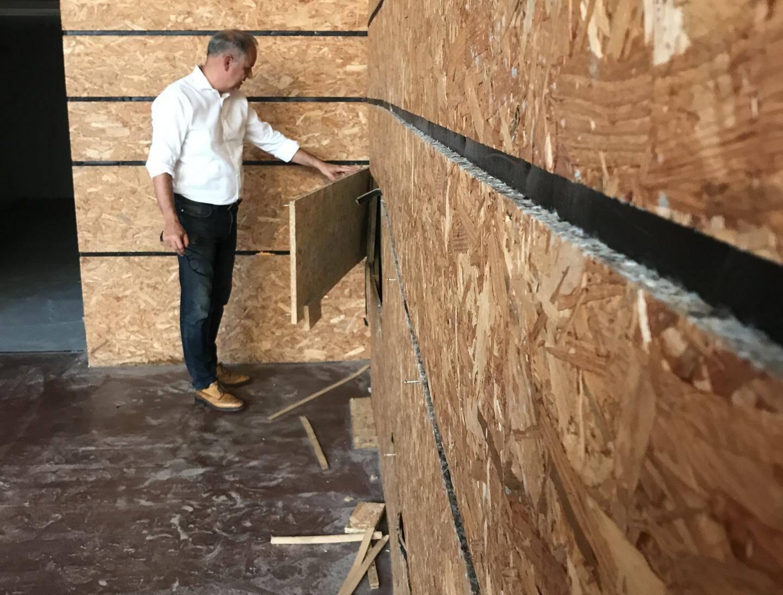 Tapissant les murs, les panneaux de bois, quant à eux, ont gondolé et sont à refaire.