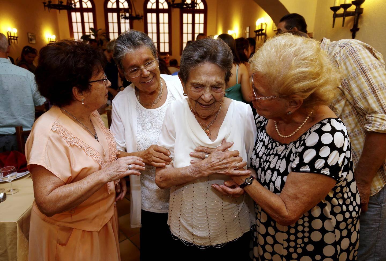 Entourée de sa fille et de ses amis, Dina était très émue de la surprise organisée pour elle.