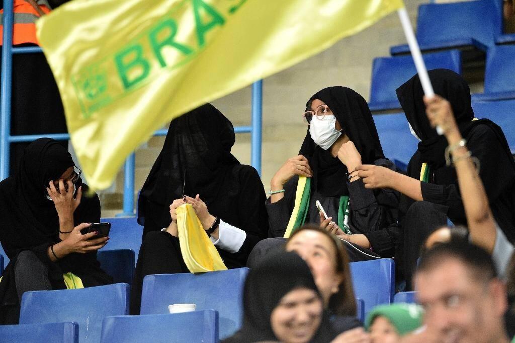 Des Saoudiennes assistent à un match de foot amical entre l'Arabie saoudite et le Brésil dans un stade, le 12 octobre 2018 à Ryad