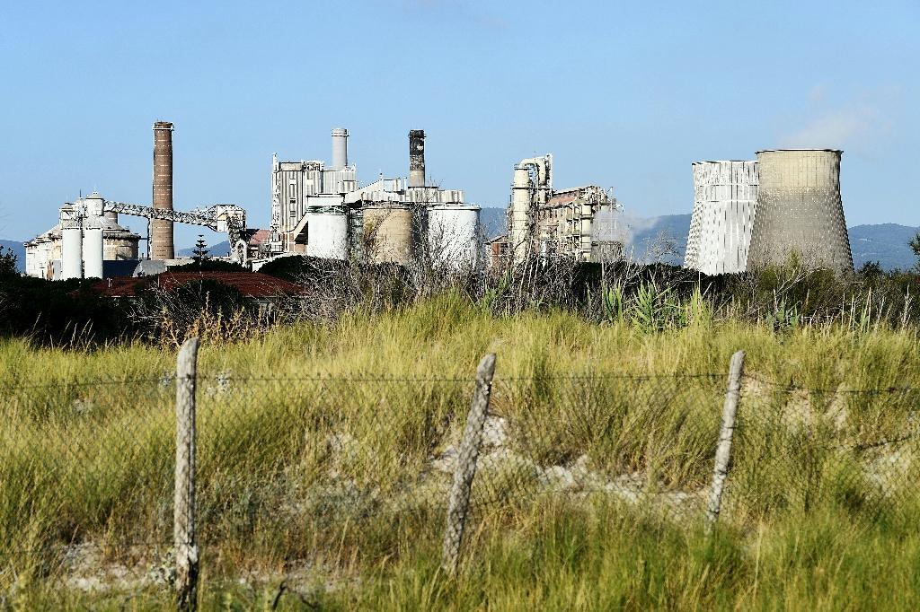 L'usine chimique Solvay vue depuis la plage, le 31 juillet 2019 à Rosignano Solvay, en Toscane.