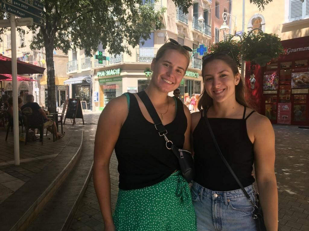 Lydia et Mara, jeunes handballeuses.