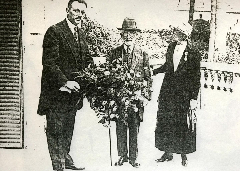 Jean Médecin à la remise de la Légion d'honneur aux époux Jaffé.