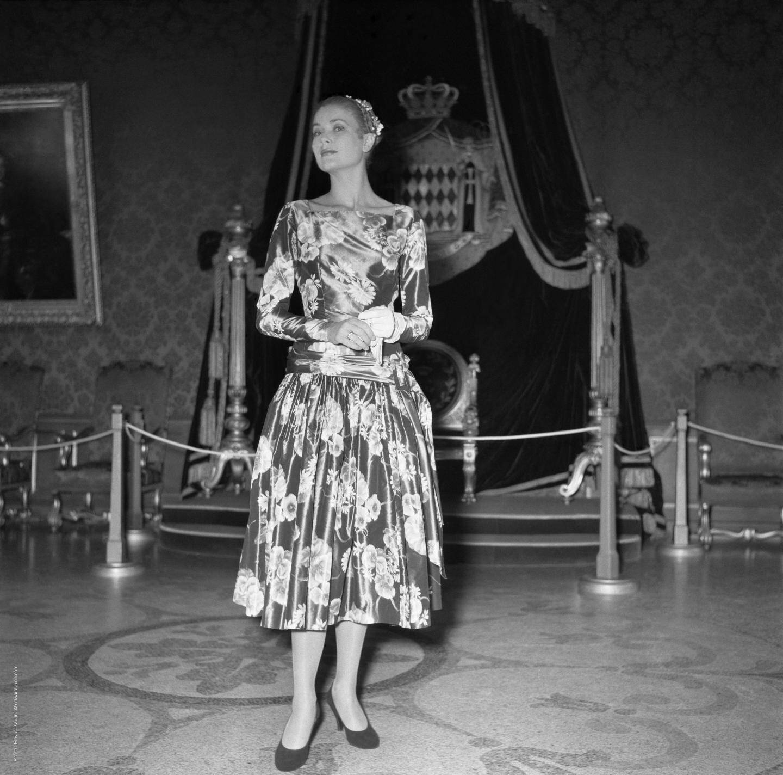 Grace Kelly, d'une folle élégance, arrive au Palais.
