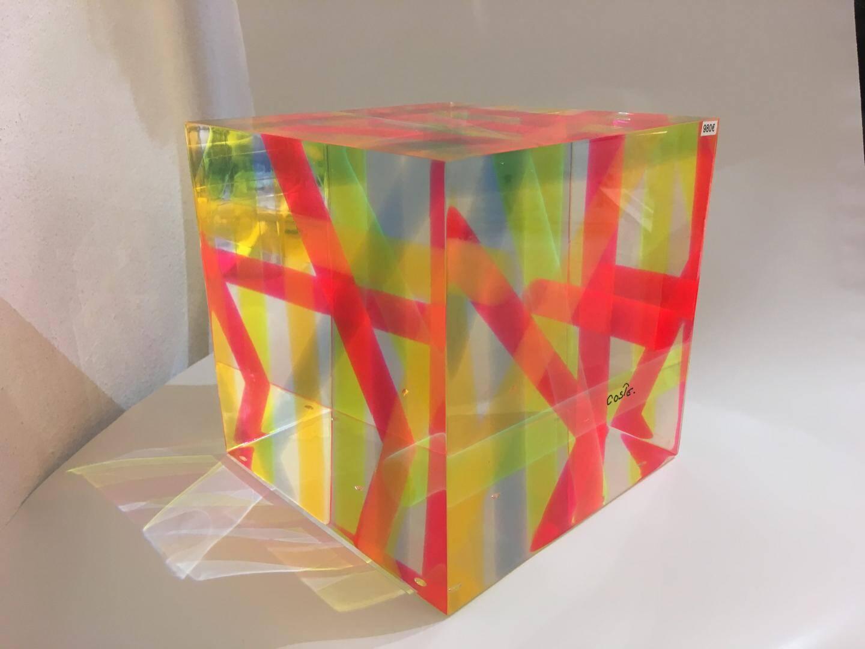 L'une des dernières créations de l'artisan. Des tubes de couleurs inclus dans le plastique.