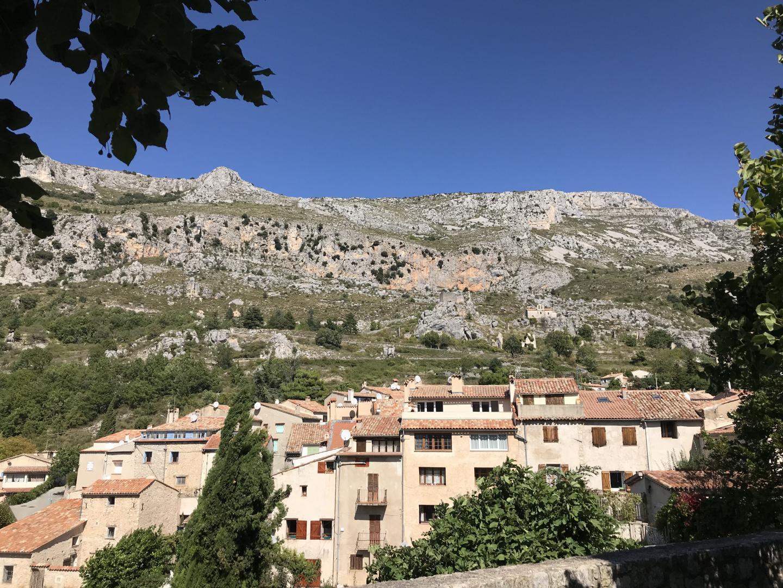 Depuis Grasse, prendre la route de Magagnosc jusqu'à Châteauneuf.