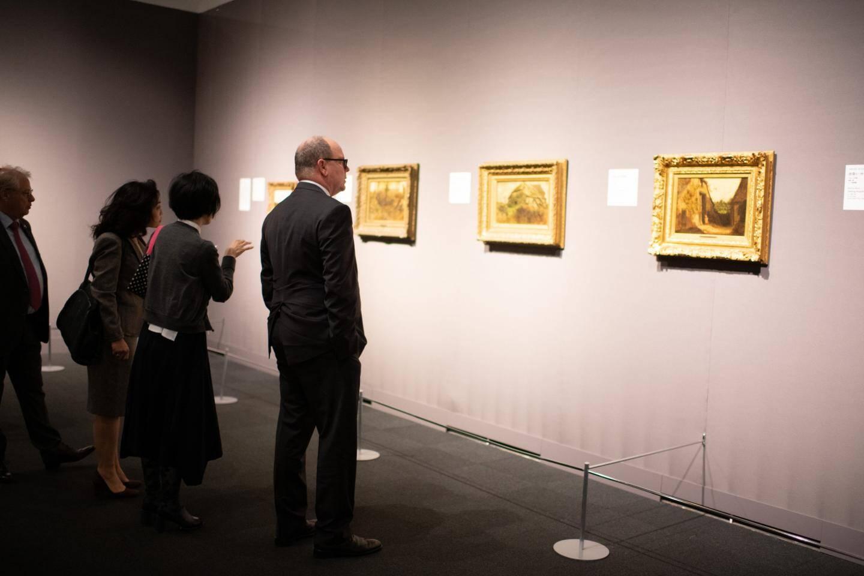 Le prince Albert II, ici avec Pierre Rainero, directeur France Patrimoine Cartier, a prêté au National Art Center des pièces d'horlogerie et de joaillerie – dont le diadème de la princesse Grace – ainsi que des tableaux de maîtres impressionnistes.