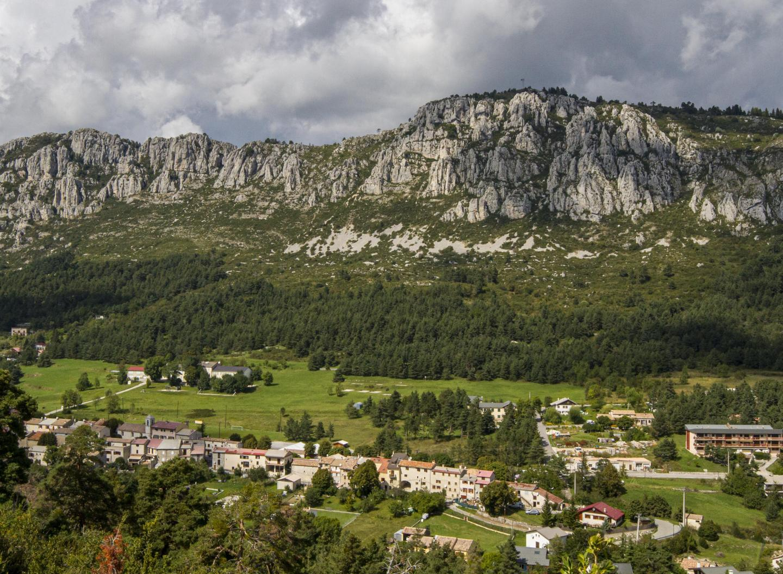 Andon est protégé par une barre rocheuse culminant à 1.540m et une forêt de sapins.