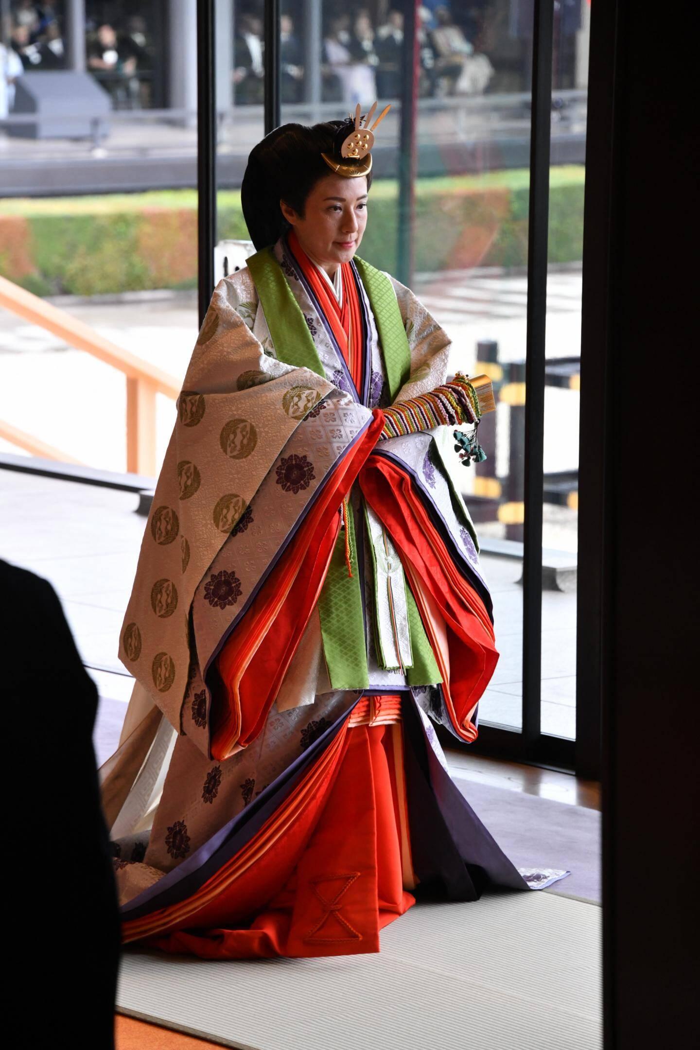 Rompant à la tradition, l'impératrice Masako portait une superposition de douze tenues.